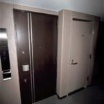 玄関入り口とトランクルーム(玄関)